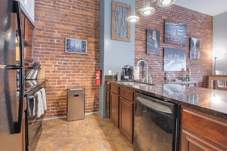 Spacious Downtown Condo Off Broadway