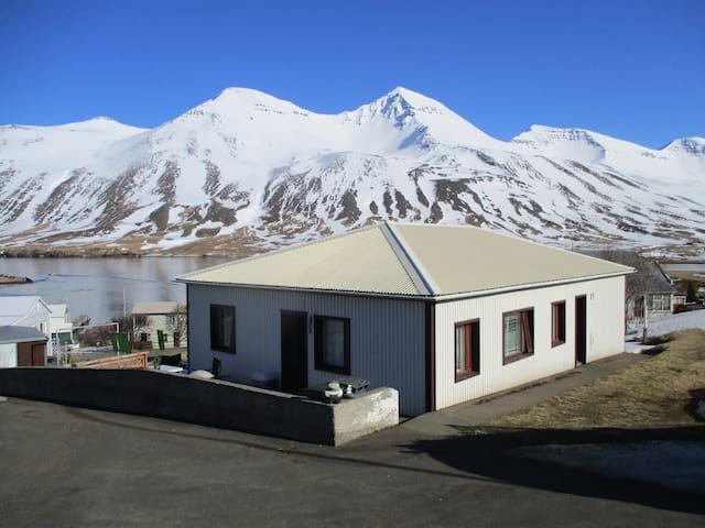 House with a spectacular view - Siglufjörður - Huis