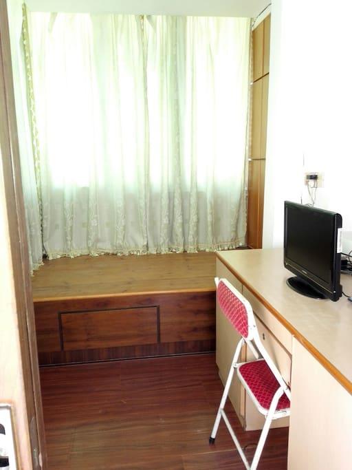 书房:书桌、19寸液晶电视、1.2米床铺