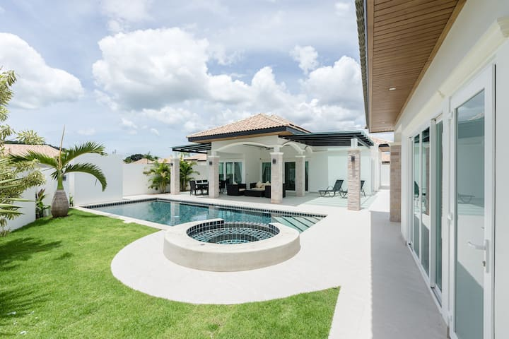 Stunning villa with guesthouse, pool & garden 423