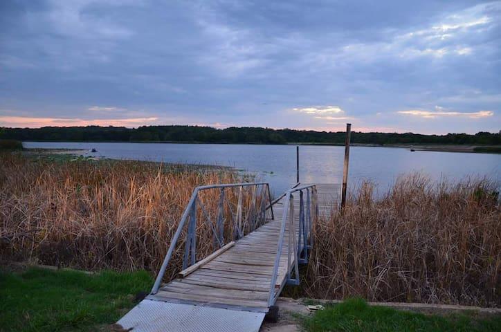 Bois d'Arc Cabin 2 Lakes, Hunt, Fish, and Kayak!