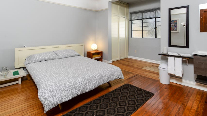 Bedroom with full bathroom in La Condesa
