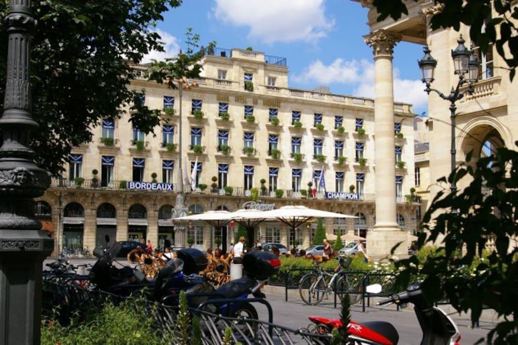 Implantation entre le Grand Hôtel / Grand Théâtre de Bordeaux et les Quais de Garonne