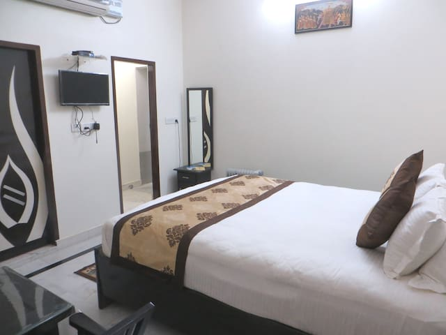Quiet and safe Queen Room with hot water bath tub