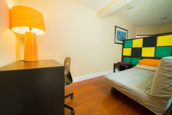 Great futon 3min from Hollywood/LaBrea