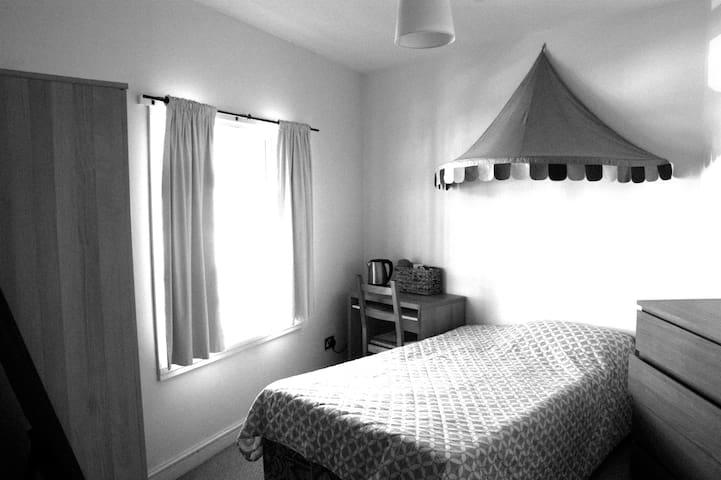 Cosy room for short or long stay - Birmingham - Ev