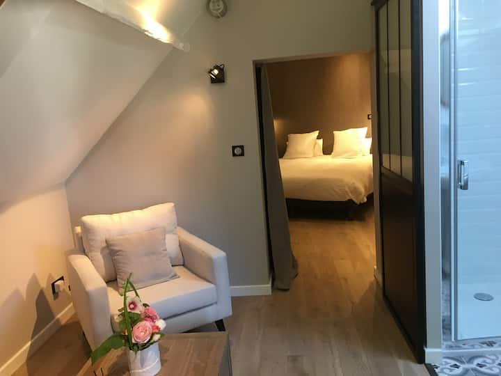 chambre dans l'annexe du château lit king-size