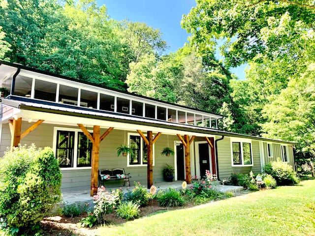 Retreat to GratiDude Lodge in Leipers Fork!