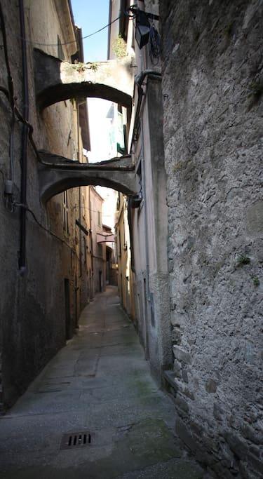 vicolo medievale che conduce alla casa