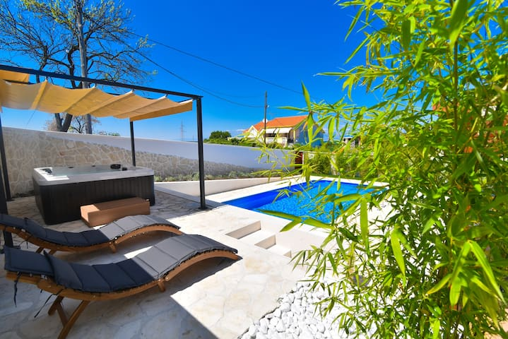 Amazing villa with heated pool,jacuzzy and sauna