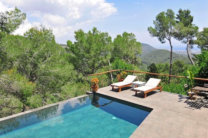 Mountain villa with pool & sea views