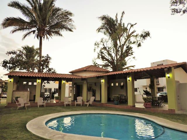 1 room,private bath,pool, beach, ac,WIFI,security