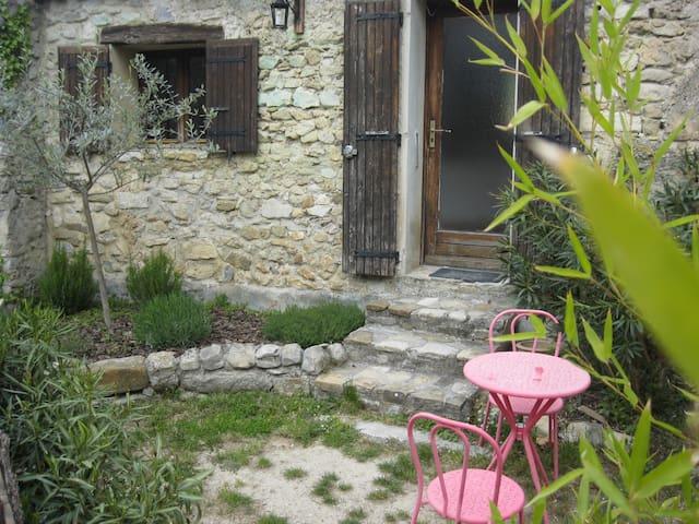 Chez Jules, gîte pour 2 avec jardin - Aubres - บ้าน