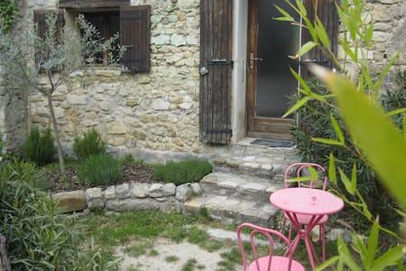 Chez Jules, gîte pour 2 avec jardin - Aubres