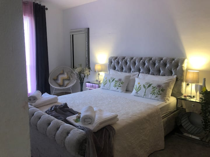 Beautiful luxury kingsize bedroom, own bathroom.