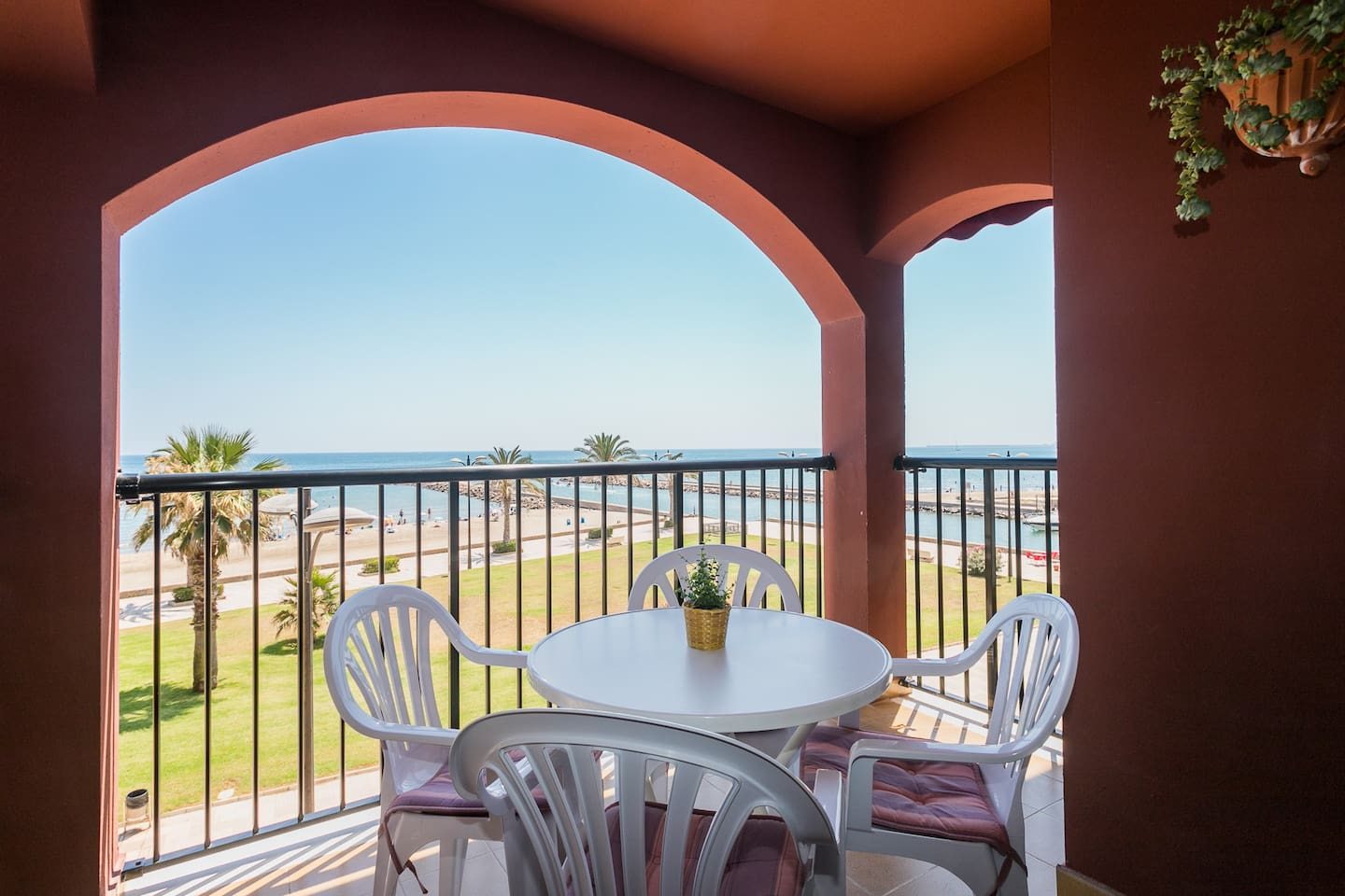 Terraza con vistas al paseo marítimo y a la playa, equipada con mesa y 4 sillas. Terrace with views of the promenade and the beach, equipped with table and 4 chairs.