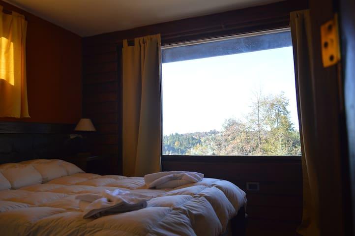Dormitorio con vista a las sierras grandes