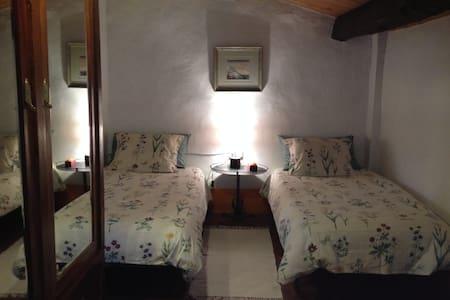 Habitació 1 en una casa rural en mig de la natura - Las Llosas