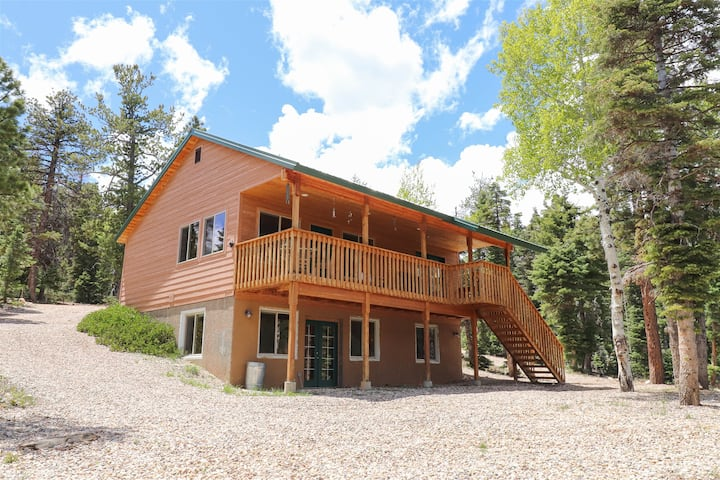 Cabin On The Rocks, Private 3bdrm/2bath cabin in the woods with a game pavilion