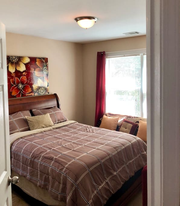 Beautiful Comfy Private Clean Room With A Small Work Space, Mini Couch, & Nice Window View of #GWCC At Night. Enjoy!