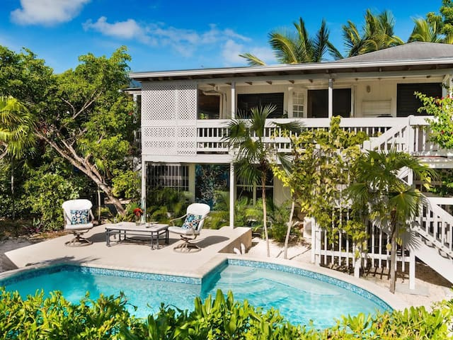 The Tree House by Beach-Second Floor Suite (1b/1b)
