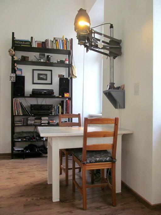 Tisch zum Arbeiten, Essen, Zusammensitzen, selbstgebaute Lampe