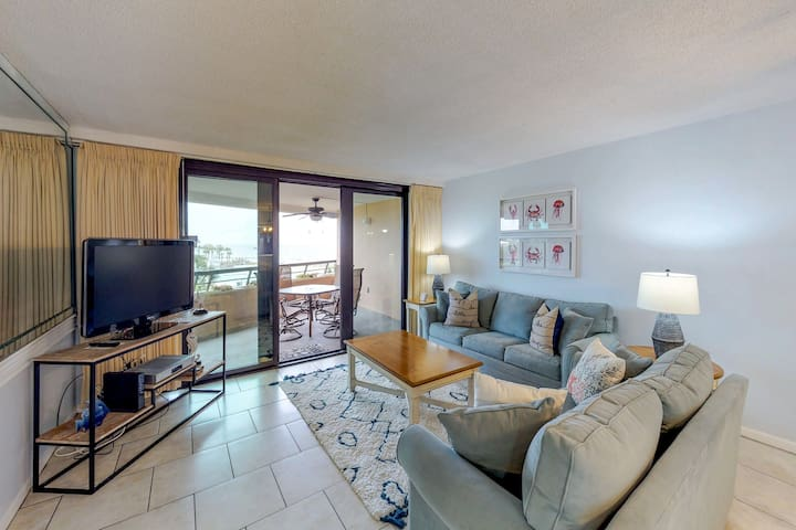 Waterfront condo w/ a furnished balcony, lush grounds, and easy beach access