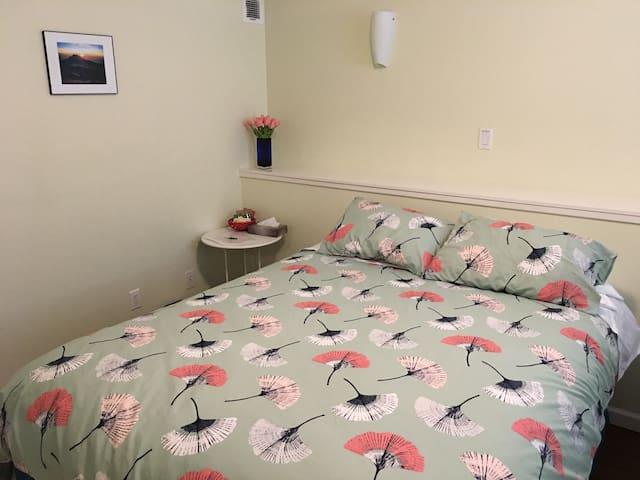 Comfy Suite B/private bath on ground floor+Netflix