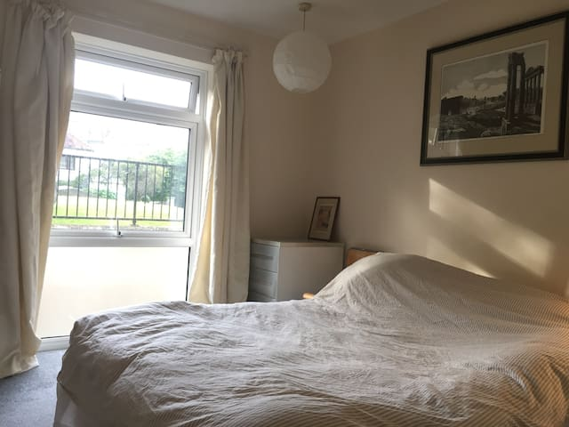 Bright, double room in Queens Park