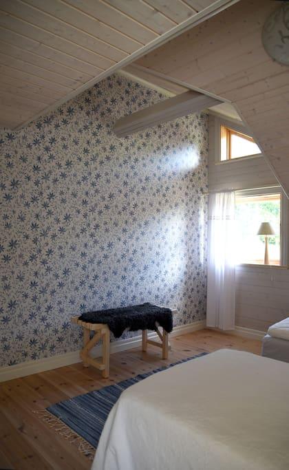 The blue bedroom/Det blå sovrummet