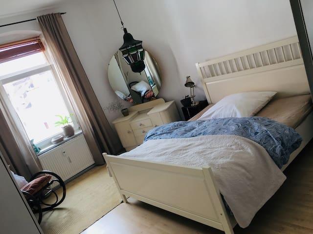 Schönes, fein möbliertes Zimmer