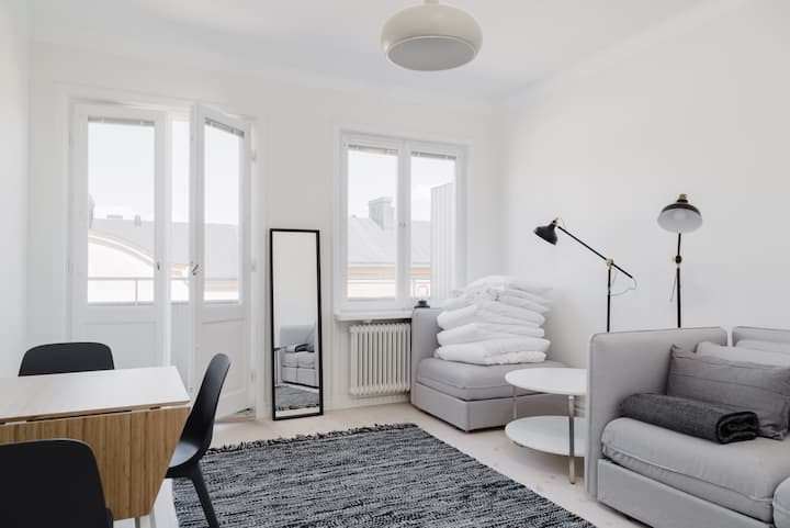 Bright Studio w. Balcony in Trendy Södermalm