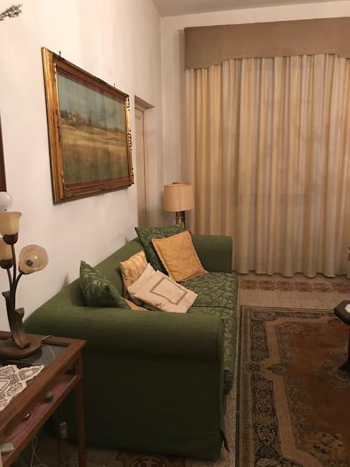 Bellissima sala con una TV divano poltrone ,un angolo di relax e ritrovo.