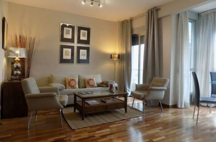 Céntrico y elegante piso en Granada. Con cochera - Granada - Daire