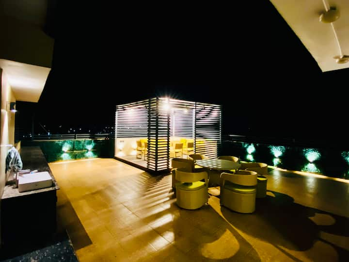 The Opulence-Penthouse with view of hills and city