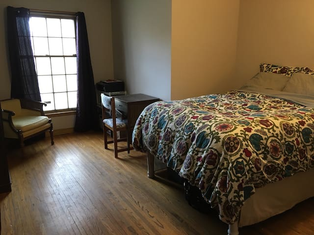 Full size bed in charming MPLS home - Minneapolis - Rumah
