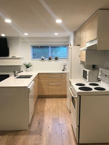 Bright, modern, suite in a peaceful neighbourhood