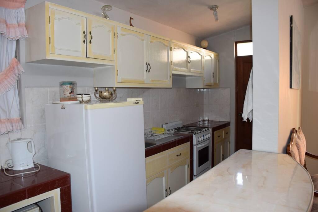 Cocina privada completa. Refri, hornillas y horno, calentador de agua, cafetera, microhondas, etc.