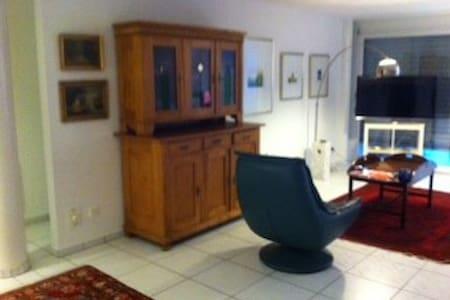 Grosse moderne Wohnung in Suhr - Apartment