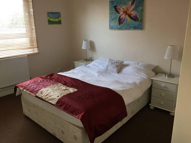 Double bedroom in Hackney with garden.