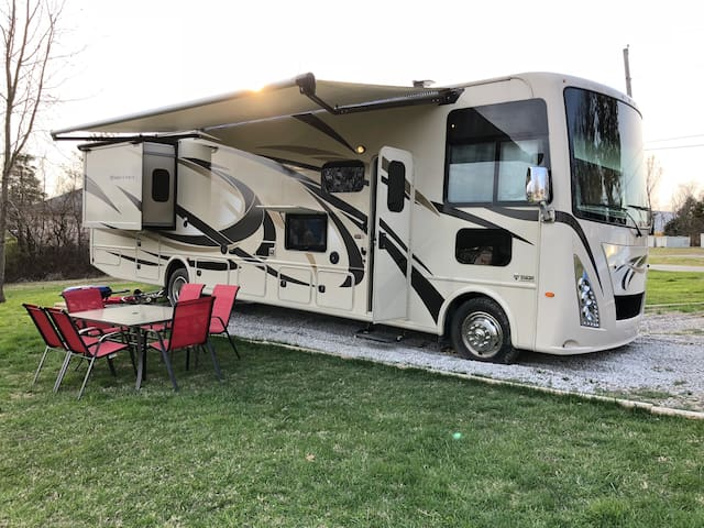 Come Glamp in a New Motorhome in Leitchfield!