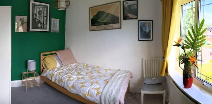 Comfy bedroom in Moseley nr Warks cricket ground