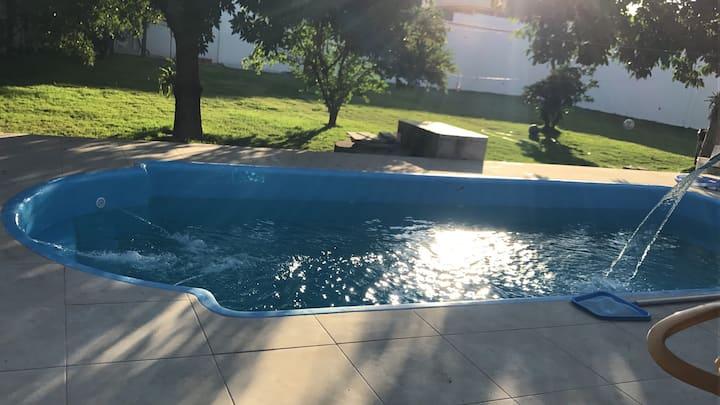 Suite com extenso jardim piscina e churrasqueira