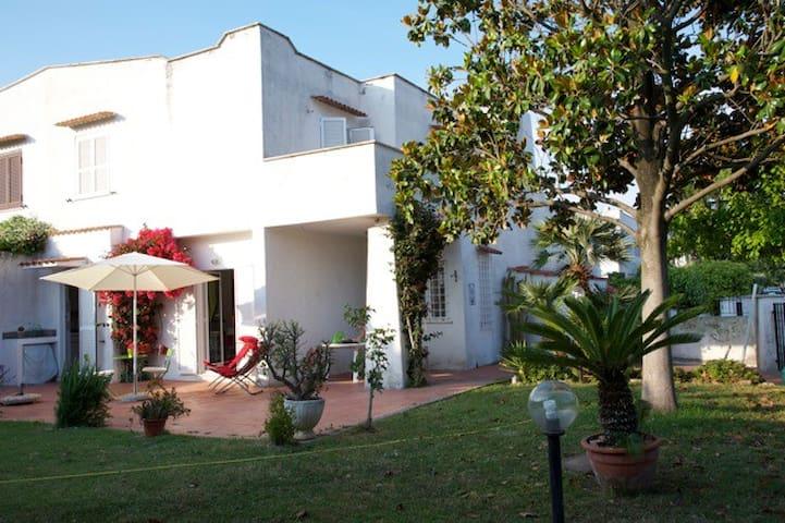villino ROMANTICO, con giardino - Marina di Cerveteri - Villa