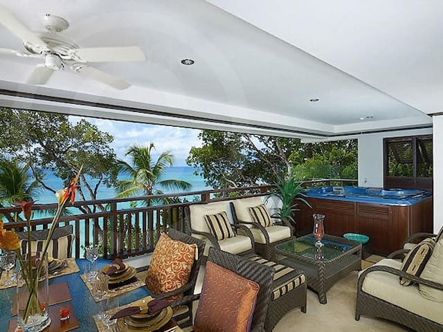 ELEGANTLY FURNISHED APARTMENT ON THE BEACH.