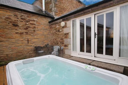 Luxury 1 Bedroom Cottage with Private Hot Tub