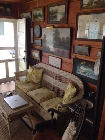 Cozy Classic Lakefront Cottage - Manitou Beach-Devils Lake - House