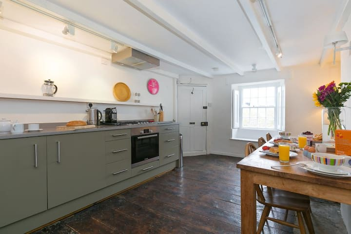 Artist Cottage, Downalong - Sleeps 6 - Pet Friendly