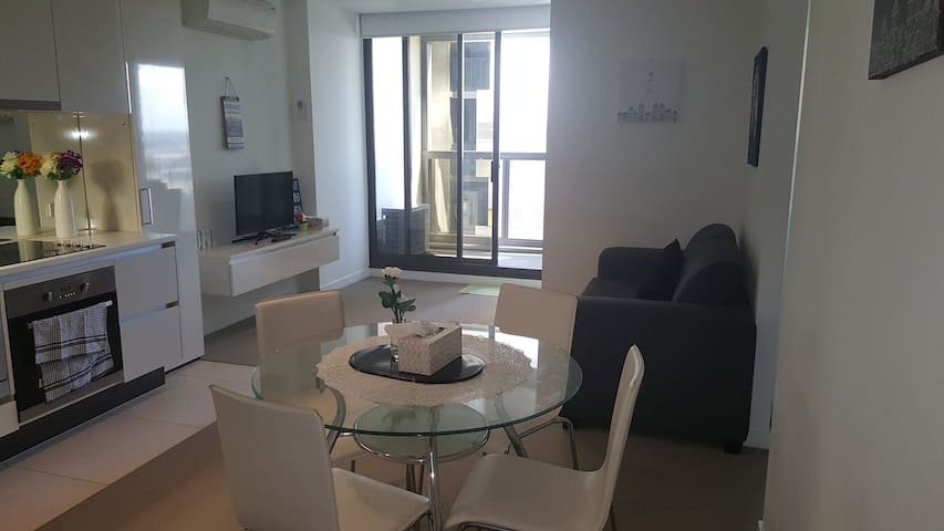 UWS 1BR, Gym/Pool/Views Next to Southern Cross! - Melbourne - Appartement