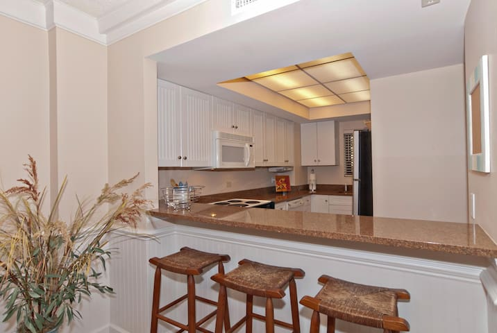 Dor-Renovated oceanfront condo with a resort atmosphere and amenities